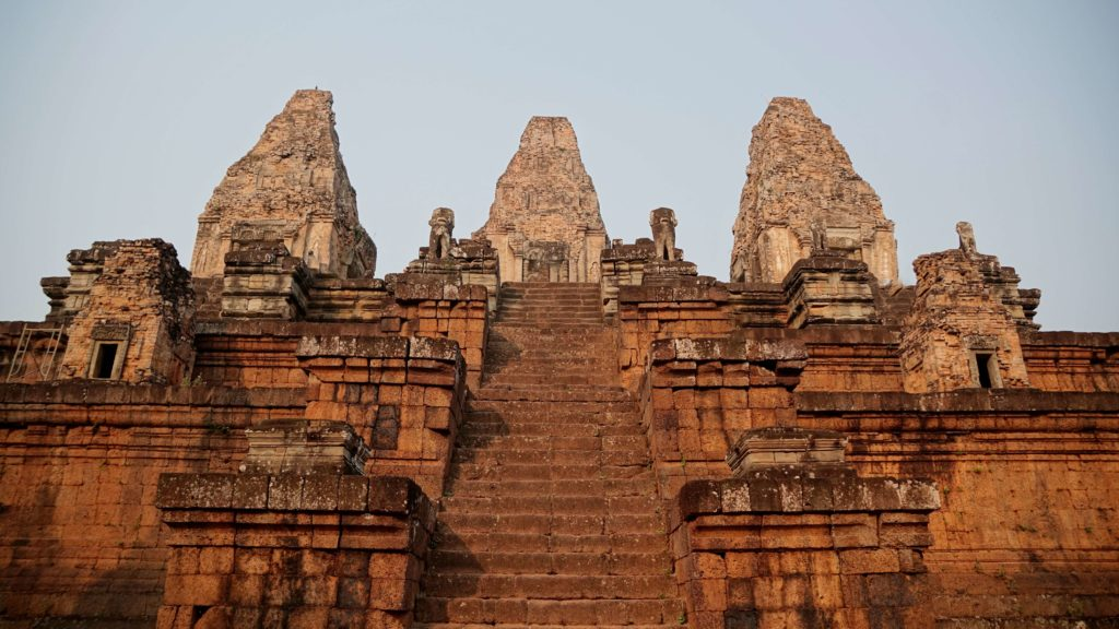 TEMPLE MARCHES ANGKOR